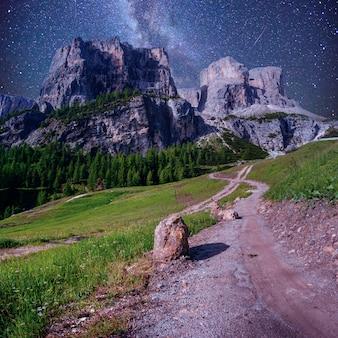 Rocky mountains bij zonsondergang. dolomieten, italië