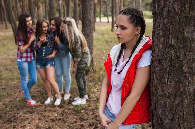 Roddel boos meisje bos vriendschap strijd concept. vrouwelijke rivaliteit en discussie achter de rug. verraad en verdriet.