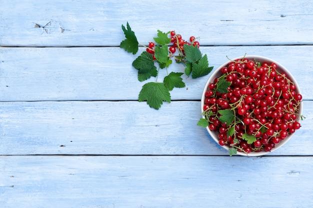 Rode aalbessen op een houten tafel