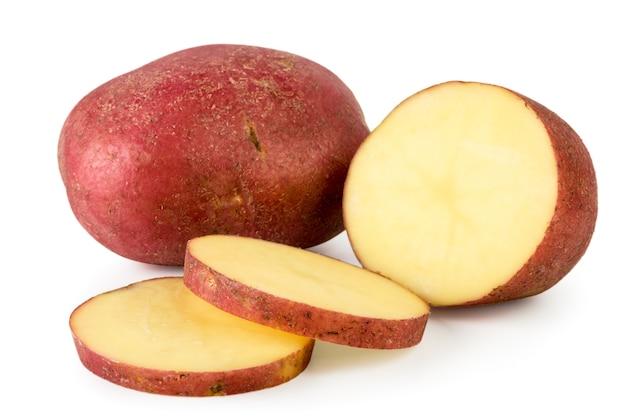 Rode aardappelen en de helft in stukken gesneden geïsoleerd