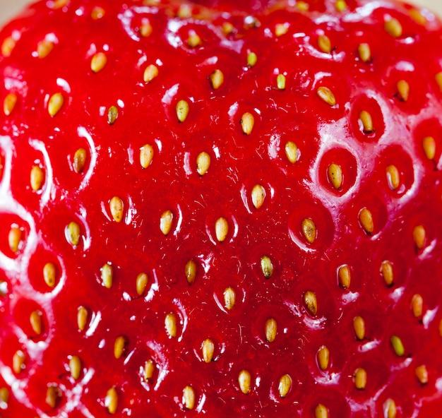 Rode aardbeibes gefotografeerd close-up in de vorm van een oppervlak