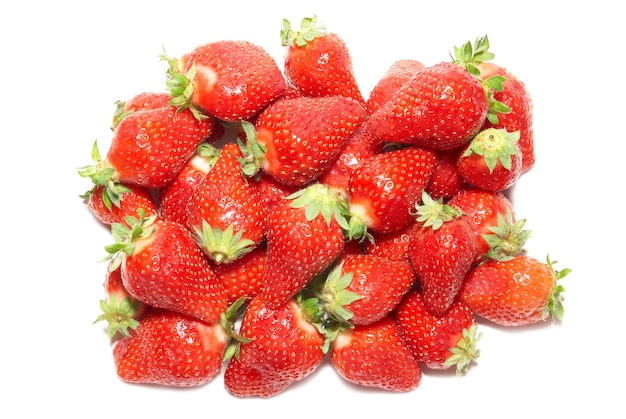 Rode aardbeien geïsoleerd op de witte achtergrond