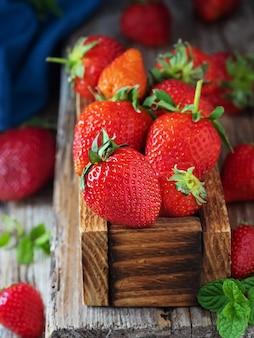 Rode aardbeien in een houten doos