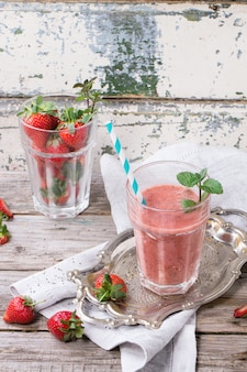 Rode aardbeien smoothie