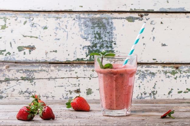 Rode aardbeien smoothie
