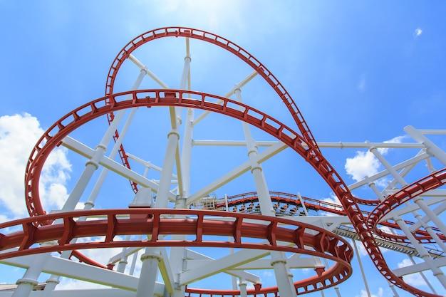 Rode achtbaanrail in helderblauwe lucht
