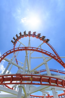 Rode achtbaanrail met blauwe lucht op de achtergrond