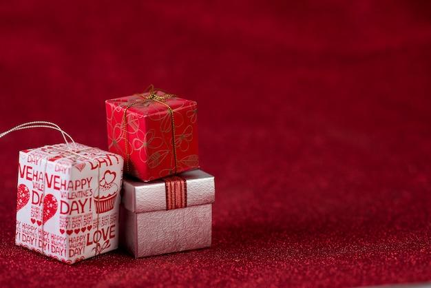 Rode achtergrond afbeelding en cadeau vak valentijnsdag concept Premium Foto