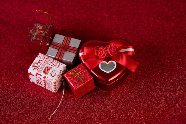 Rode achtergrond afbeelding en cadeau vak valentijnsdag concept