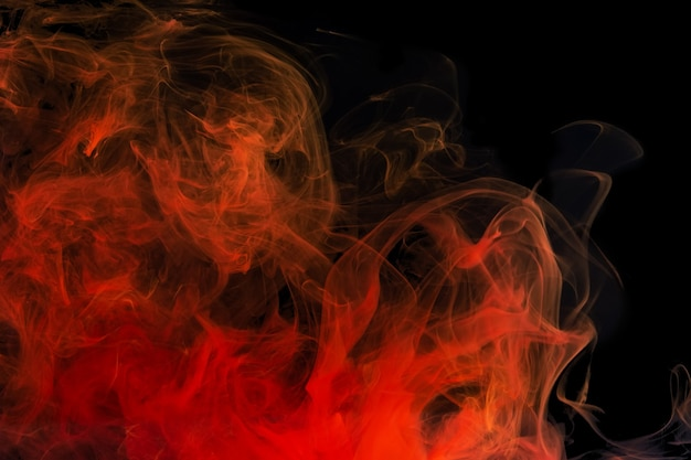 Rode acryl inkt spatten in water op zwarte achtergrond.