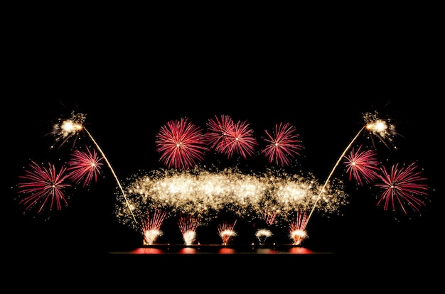 Rode ang gouden vuurwerk op zwarte lucht met kopie ruimte voor begroetingstekst. viering en jubileum concept