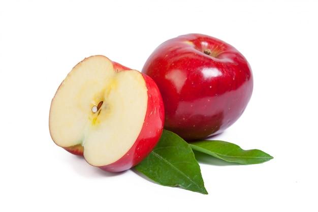 Rode appel die op de witte achtergrond wordt geïsoleerd