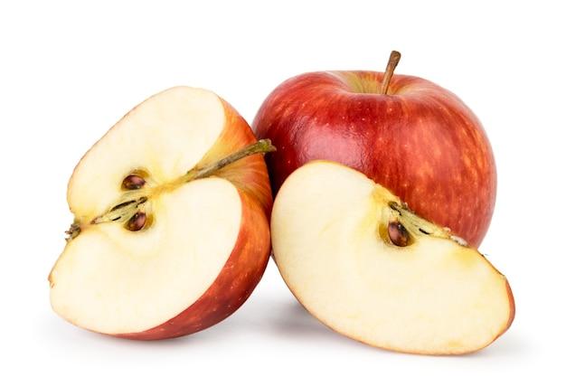 Rode appel, half en stuk geïsoleerd