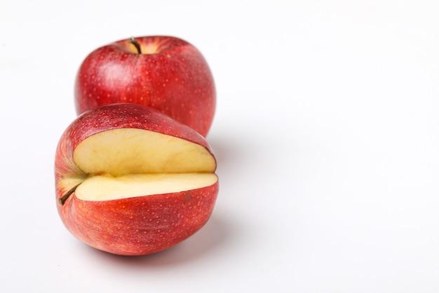 Rode appel met een halve plak