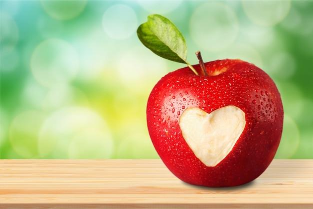 Rode appel met een hartvormig