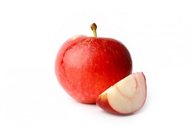 Rode appel met een schijfje gesneden geïsoleerd op wit