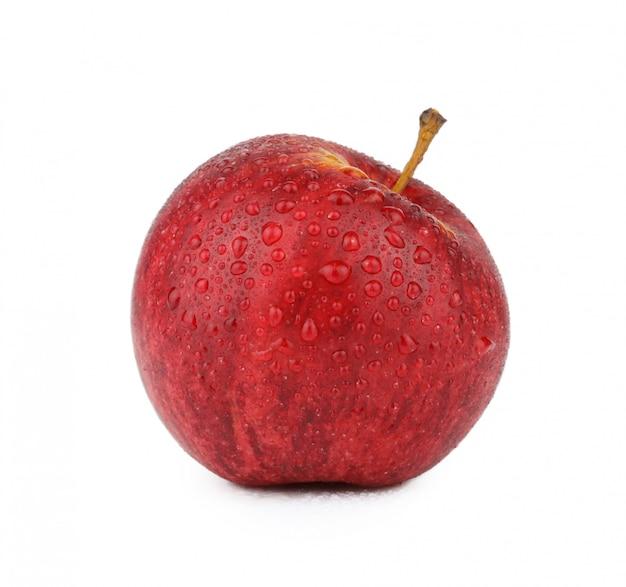 Rode appel met gedaald water geïsoleerd op witte achtergrond