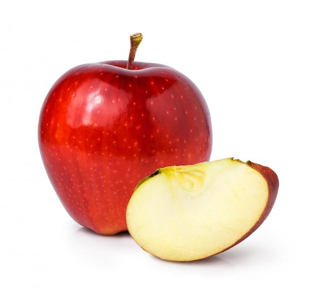 Rode appel met gesneden stuk geïsoleerd op witte ruimte