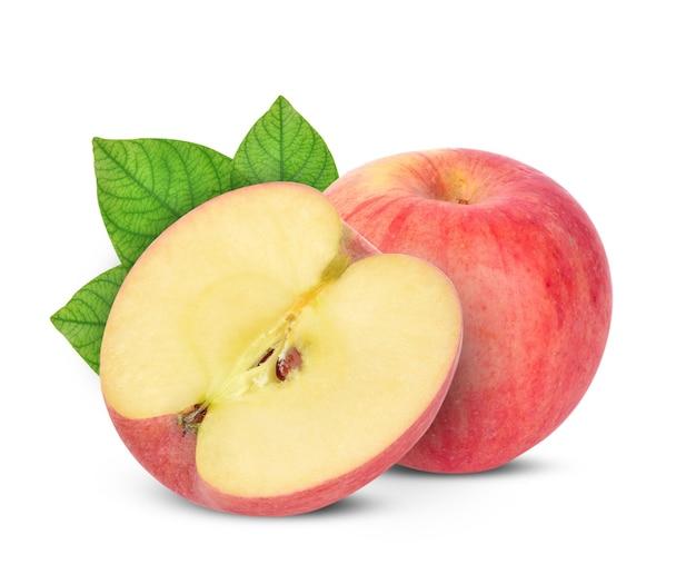 Rode appel met groene leves op witte achtergrond