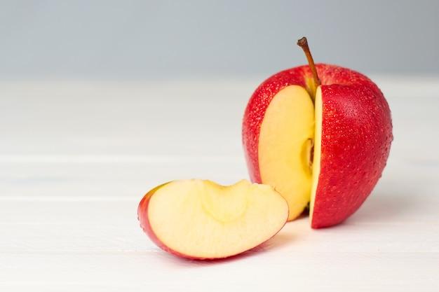 Rode appel op licht houten