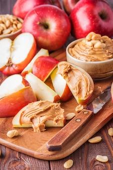 Rode appels en pindakaas voor snack