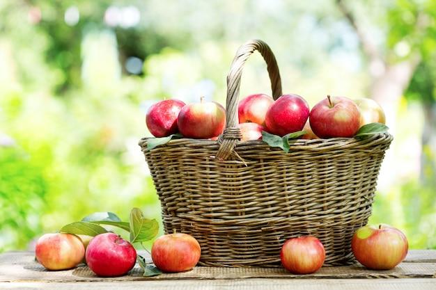 Rode appels in een mand op houten tafel