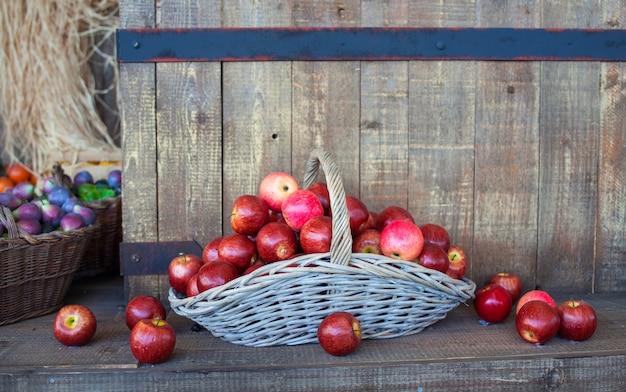 Rode appels in een rieten mand
