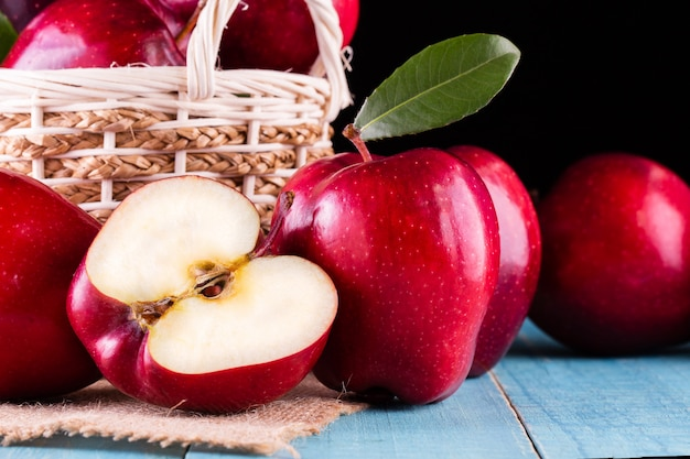 Rode appels met bladeren op de tafel