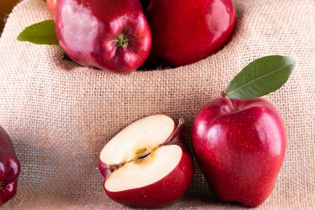 Rode appels met bladeren op hout