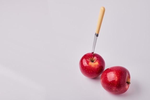 Rode appels met een mes erop