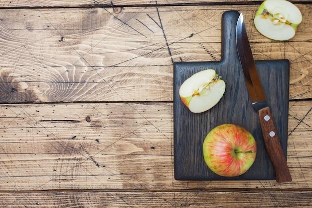 Rode appels op een houten tafel