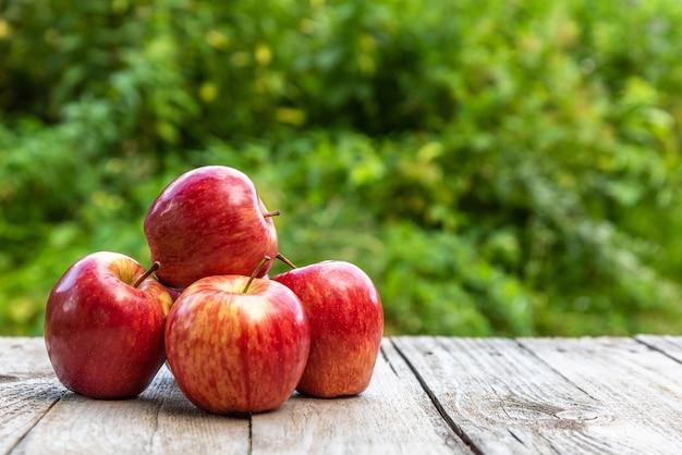 Rode appels op houten planken