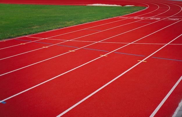 Rode atletiekbaan met hoek van het voetbalveld