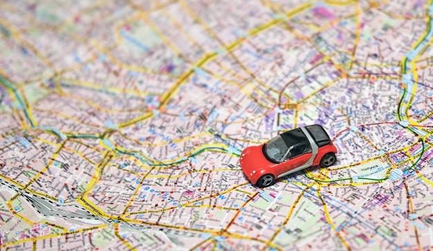 Rode auto gaat op reis door de steden van europa