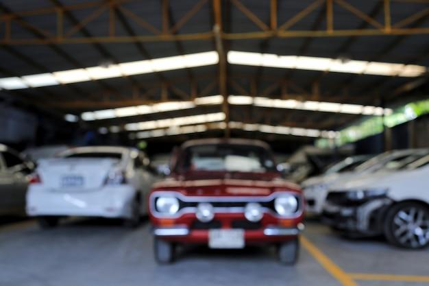 Rode auto in de garage voor onscherpe achtergrondafbeeldingen