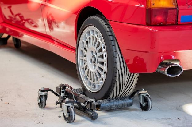 Rode auto op hydraulische wielschaatsen voor gemakkelijk verplaatsen in de dienst
