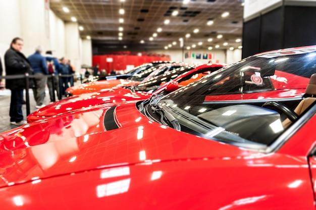 Rode auto's in een showroom