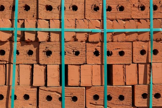 Rode baksteenpallet bij bouwwerf