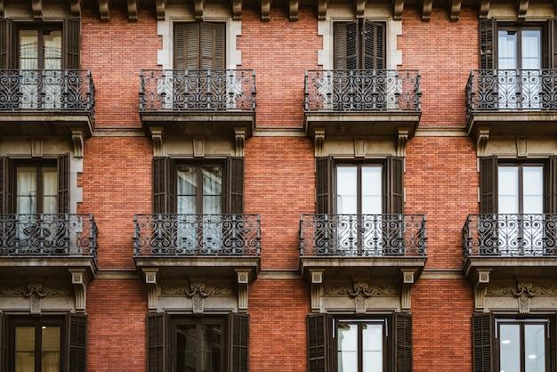 Rode bakstenen gevel met balkons