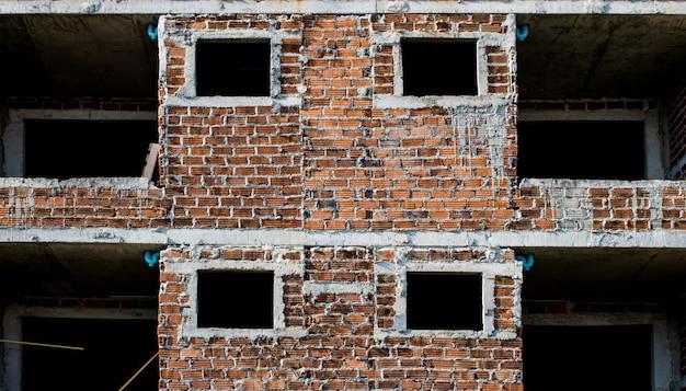 Rode bakstenen muren in een gang van een nieuw gebouw. nog niet klaar.