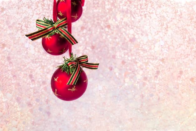 Rode ballen op onscherpe achtergrond van kerstmis met lichten bokeh.