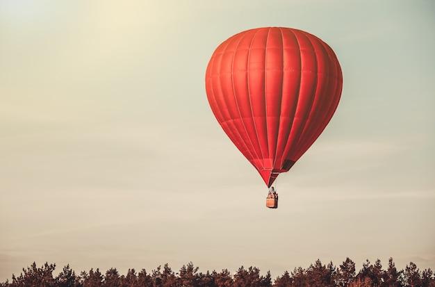 Rode ballon in de lucht