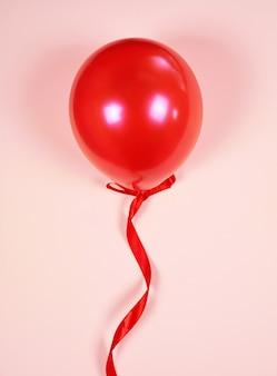 Rode ballon op een rood lint