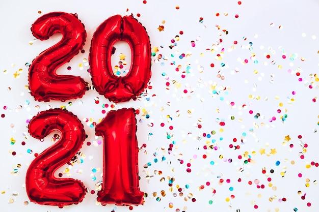 Rode ballonnen in de vorm van cijfers op een witte achtergrond
