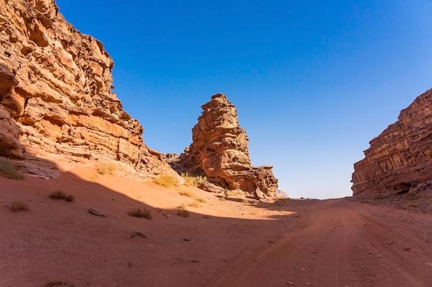 Rode bergen van wadi rum-woestijn in jordanië