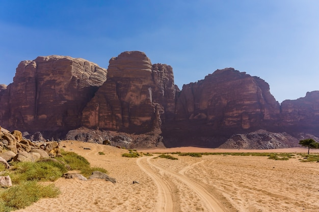 Rode bergen van wadi rum-woestijn in jordanië.