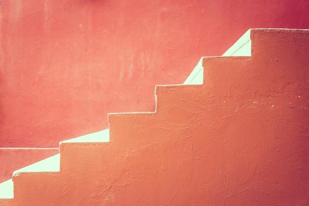 Rode betonnen trap