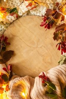 Rode bladeren en een podium op textiel warme achtergrond. concept van de herfst. uitzicht van boven.