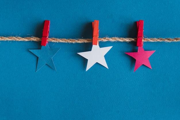 Rode blauwe en witte sterren op touw