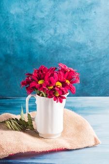 Rode bloemen in kruik op canvas